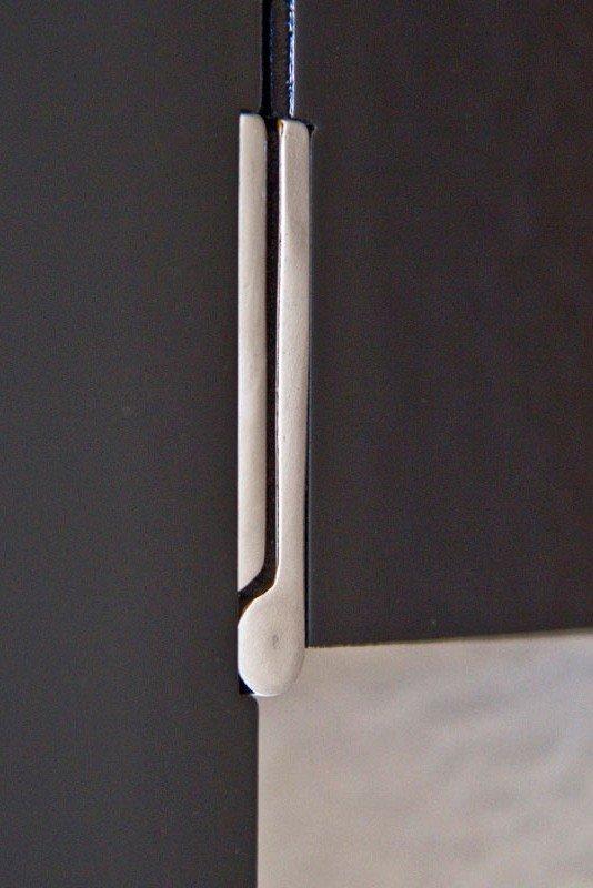 Lås och gångjärn i rostfritt stål.